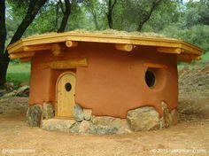 Esta es una sauna de cob en Birchville, California, EE.UU. construida por Rob Pollacek.Rob se inspira en pequeños espacios íntimos mientras se encuentra sentado con las piernas cruzadas en el suelo. Más en www.naturalhomes.org/es/homes/cob-sauna.htm