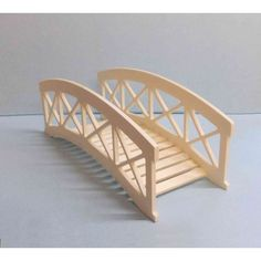 Pont de jardin miniature to put on at Popsicle Stick Houses, Popsicle Stick Crafts, Craft Stick Crafts, Popsicle Bridge, Resin Crafts, Miniature Crafts, Miniature Houses, Miniature Gardens, Doll Furniture