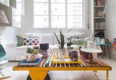 Base branca e cor nos objetos!  Veja o ambiente completo em www.historiasdecasa.com.br #todacasatemumahistoria #decor #clean