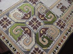 Many, if not all, linens will also have a laundry mark - either in indelible ink or embroidery onto an edge or a corner. Folk Embroidery, Cross Stitch Embroidery, Embroidery Patterns, Bargello, Table Runners, Diy And Crafts, Bohemian Rug, Vintage, Macedonia