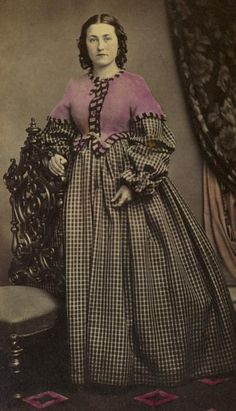 25 Incredible Hand-Tinted Photos of Victorian Girls Victorian Women, Victorian Fashion, Vintage Fashion, Look Vintage, Vintage Ladies, Vintage Photos, Antique Photos, Victorian Photos, Vintage Photographs