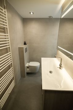 Badkamer TendenzaDesign Beton Cire Wc Bathroom, Bathroom Toilets, Bathroom Ideas, Parents, Classy, Flooring, Design, House, Toilettes Deco
