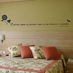 Este adesivo de Parede com a frase do músico Renato Russo é uma ótima sugestão para decorar o quarto do casal. Nós amamos e você encontra na Mobly :)