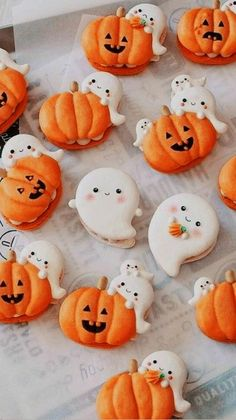 Halloween Macaroons, Halloween Cakes, Fall Halloween, Halloween Treats, Halloween Decorations, How To Make Meringue, Piping Icing, Frosting, Silicone Baking Mat