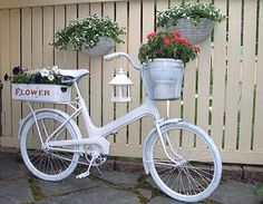 Built In Outdoor Planter Ideas And DIY Projects 39 Bycicle Vintage, Bycicle Woman Bicycle Decor, Old Bicycle, Bicycle Art, Bicycle Design, Outdoor Planters, Diy Planters, Planter Ideas, Outdoor Projects, Garden Projects