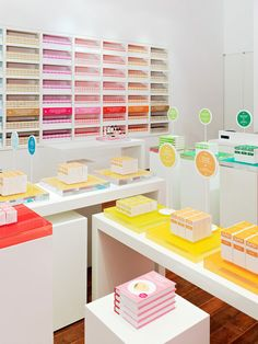 The visual merchandising for SUPER by Dr. Nicholas Perricone incorporates colourblocking. Association for Retail Environments. #colourblocking