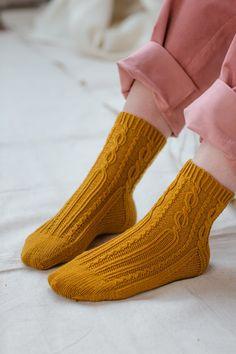 Ravelry: Lewaro pattern by Dawn Henderson Loom Knitting, Knitting Socks, Hand Knitting, Knitting Patterns, Knitting Help, Cable Knit Socks, Wool Socks, Men In Heels, Brooklyn Tweed