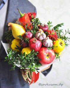 """Пятикилограмового """"кроху"""" не так просто держать в руках, зато есть можно не один… Edible Bouquets, Fall Bouquets, Wedding Bouquets, Red Velvet Wedding Cake, Vegetable Bouquet, Food Bouquet, Fruit Wedding, Home Flowers, Fruit Arrangements"""