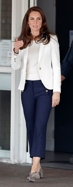 10 Times Kate Middleton Made High Street Look High End On 17 June Kate wore this Zara blazer paired with fitted J. Crew trousers and J. Crew tweed pumps for a chic nautical look. Looks Kate Middleton, Estilo Kate Middleton, Kate Middleton Outfits, Kate Middleton Fashion, Kate Middleton Jeans, How To Wear Blazers, Blazers For Women, Elegantes Business Outfit, Business Outfit Frau