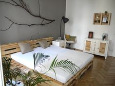 Here presenting to you the beautiful bed frame ideas with wood pallets that are purely handmade products with simple diy pallet projects. Diy Pallet Bed, Wooden Pallet Furniture, Diy Pallet Projects, Wood Pallets, Diy Furniture, Furniture Design, Euro Pallets, Pallet Wood, Furniture Catalog