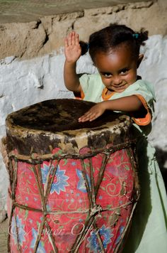 Little Africa Drummer in Ethiopia We Are The World, People Around The World, Around The Worlds, Beautiful World, Beautiful People, Beauty Around The World, Foto Art, Baby Kind, Beautiful Children