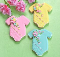 Baby onesie cookies - perfect for a high tea baby shower Onesie Cookies, Baby Cookies, Baby Shower Cookies, Cute Cookies, Baby Shower Favors, Baby Shower Parties, Baby Showers, Sugar Cookies, Iced Cookies