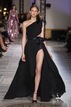 Giambattista Valli Spring 2018 Couture Fashion Show Collection: See the complete Giambattista Valli Spring 2018 Couture collection. Look 32 Haute Couture Dresses, Style Couture, Haute Couture Fashion, Collection Couture, Fashion Show Collection, Spring Couture, Couture Week, Beautiful Gowns, Pretty Dresses
