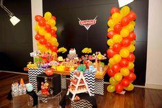 mesa do bolo nas cores vermelho, amarelo e preto para o aniversário de três anos do Gabriel, que ama o filme Carros da Disney e o personagem principal, relâmpago McQueen