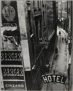 La rue Quincampoix et ses hôtels de passe, vers 1932 -- Brassaï
