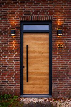 Deze voordeur steelt de show. Real wood, maar toch kunststof. Een voordeur van de Polytec art decor line. De diepzwarte v groef en de zwarte deurgreep maken deze voordeur een plaatje. Garage Doors, Frame, Outdoor Decor, Home Decor, Picture Frame, Decoration Home, Room Decor, Frames, Home Interior Design