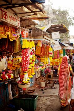 Colaba market in Mumbai, India.what I miss the most from mumbai days Rishikesh, Varanasi, Bhutan, Namaste, Mumbai, Photo Japon, The Places Youll Go, Places To Go, Holi