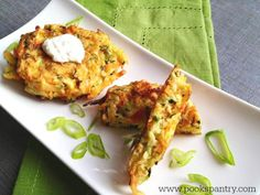 Crispy, easy veggie cakes made with grated vegetables - carrots, zucchini, broccoli and corn. Great for lunches, side dish or your small picky eaters. Tasty Vegetarian Recipes, Good Healthy Recipes, Vegetable Recipes, Roasted Curry Cauliflower, Veggie Cakes, Veggie Patties, Crispy Sweet Potato, Superfood Salad, Veggie Side Dishes