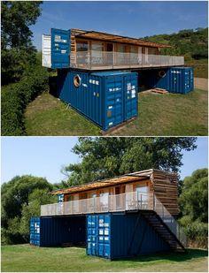 El estudio ARTIKUL desarrolló un proyecto para un hotel con contenedores de carga. El cliente deseaba que se pudiera trasladar fácilmente a otro sitio.