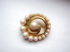 vintage pearl brooch, pearl pin, gold tone and pearl, 30th wedding anniversary gift, gift for her, gift for mum, pretty brooch, faux pearl. Bee Brooch, Pearl Brooch, Pearl Earrings, Brooch Pin, Vintage Pearls, Vintage Brooches, 30th Wedding Anniversary, Gifts For Mum, Bridal Accessories