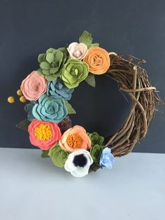 Pretty DIY Felt Christmas Projects Ideas – Onechitecture - Combine Look Felt Flower Wreaths, Felt Wreath, Wreath Crafts, Diy Wreath, Felt Flowers, Flower Crafts, Diy Flowers, Fabric Flowers, Paper Flowers