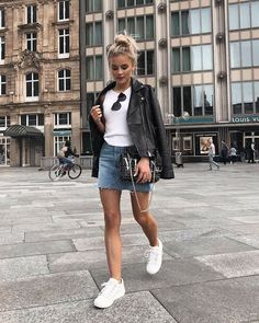 If you desire calm, attempt tucking skirts inside a One. Simple Outfits, Casual Outfits, Cute Outfits, Skirt Fashion, Fashion Outfits, 50 Fashion, Fashion Styles, Denim Skirt Outfits, Foto Casual