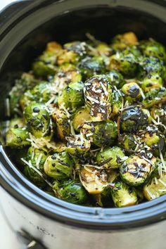 Healthy Recipes Slow Cooker Balsamic Brussels Sprouts - Vegetarian, can easily be made vegan with a few substitutions. Serves 6 - Free up your oven with this amazingly easy crockpot recipe. Simply throw everything in and you're set! Crock Pot Recipes, Vegetarian Crockpot Recipes, Crock Pot Cooking, Side Dish Recipes, Slow Cooker Recipes, Cooking Recipes, Healthy Recipes, Vegetarian Dinners, Crock Pots