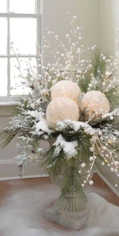 CHRISTMAS CENTERPIECES = take white balloons and white tissue paper. blow up balloons, dip tissue in glue, cover balloons and let dry. cut out a space for battery tea light and use in center pieces. Add some red berries for Christmas! Noel Christmas, Winter Christmas, Vintage Christmas, Outdoor Christmas, Rustic Christmas, Christmas Planters, Christmas Lights, Christmas Berries, Elegant Christmas Decor