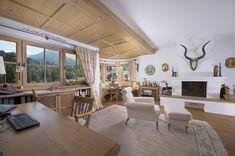 gemütlicher Wohnbereich in der Landhausvilla in Aurach bei Kitzbühel Alpine Chalet, Villa, Real Estate Companies, Modern Interior, Dining Area, Entrance, Table, Furniture, Home Decor