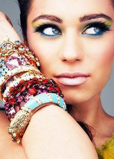Dica de beauté pro Carnaval  Adoramos a mistura de pulseiras, e vocês?