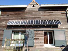 Pour sa maison en bois, Dominique qui habite en Loire-Atlantique a souhaité installé 2 kits Beem (8 panneaux de 75 Watt) sur sa façade. Dominique, Kit, Garage Doors, Outdoor Decor, Home Decor, Morning Sun, Solar, Sign, Decoration Home
