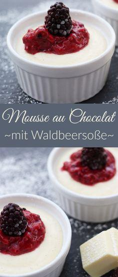 Weißes Mousse au Chocolat Rezept mit erfrischender Soße aus Beeren, Zitronensaft und Puderzucker. Das Topping aus Beeren passt super zu dem Dessert, eine wahre Geschmacksexplosion.