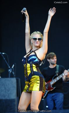 Pixie Lott And Ed Sheeran perfomring at V Festival 2014 - Weston Park - Day 2 http://icelebz.com/events/pixie_lott_and_ed_sheeran_perfomring_at_v_festival_2014_-_weston_park_-_day_2/photo3.html