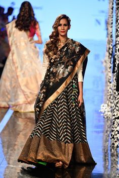Indian Wedding Guest Dress, Dress Indian Style, Indian Wedding Outfits, Indian Wear, Indian Outfits, Half Saree Designs, Bridal Blouse Designs, Lehenga Designs, India Fashion Week