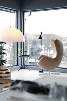 Danish design: Arne Jacobsen egg chair and lamp, Verner Panton lamp and Kahler vase. A well lit little corner - Minimal Interior Design Sillon Egg, Egg Sessel, Home Interior, Interior Decorating, Modern Interior, Interior Architecture, Chair Design, Furniture Design, Office Furniture