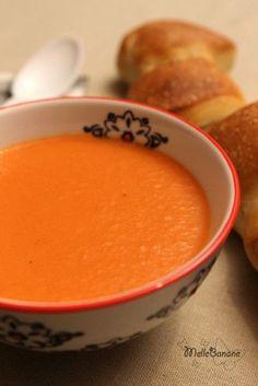 Soupe tomate au mascarpone Une grosse boîte de tomate pelées au jus de tomate (2,5kg), 40cl de bouillon de volaille, 2 pommes de terre, 3 càs de céleri branche, 1 oignon blanc, 1 oignon rouge, 2 carottes, 1 morceau de beurre, 250g de mascarpone, sel, poivre.