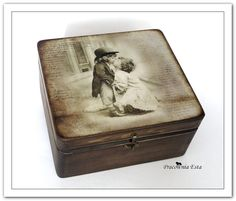 Drewniany, masywny kuferek doskonały do przechowywania różnych przedmiotów. Ręcznie zdobiony metodą decoupage. Bejcowany, woskowany wyso...