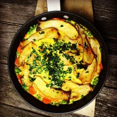 """Heute aus der Reihe """"Quick Lunch"""" – eine schnelle Frittatamit Huhn und Pilzen In der Pfanne angebraten, mit Ei dann im Ofen knusprig gebacken – undall das in weniger als 15 Minuten. Zutaten: 2 Eier 1 EL Sahne 1 Karotte 1 Handvoll Erbsen (wenn TK, dann aufgetaut) 100 g Hähnchenfleisch, kalten Braten, Schinken – was da ist. Ist ein tolles Reste-Essen! 50 g Pilze. Ich hatte 2 Kräuterseitlinge Optional Käse  Zubereitung: Ofen auf 200° Umluft vorheizen Pilze anbraten und ... Read More"""