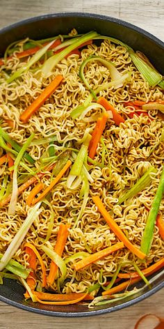 Asia noodles with colorful vegetables- Asia-Nudeln mit buntem Gemüse Asian, vegetarian and ready in 15 minutes. You only need 5 ingredients for this delicious Asian noodle recipe and still get a dish with full taste. Asian Noodle Recipes, Asian Recipes, Healthy Recipes, Ethnic Recipes, Vegetable Recipes, Chicken Recipes, Colorful Vegetables, Vegetarian Snacks, Asian Noodles