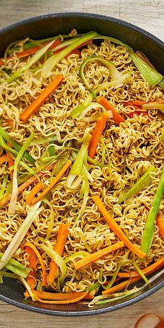 Asiatisch, vegetarisch und dazu noch in 15 Minuten fertig. Für dieses leckere Asia-Nudel-Rezept benötigst du nur 5 Zutaten und erhältst trotzdem ein Gericht mit vollem Geschmack. Probiere es doch einfach aus!