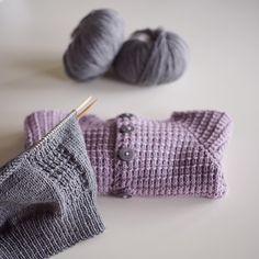 «Pakker med meg litt strikketøy, for å ha med i bagasjen for noen dager i Haugesund ☺️ Satser på å bli ferdig med dette #ullsettet fra #klompelompe…»