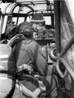 Équipage allemand dans leurs positions respectives à bord dun Bf 110 01