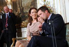 FOR 10 ÅR SIDEN - Kronprins Frederik præsenterede sin forlovede Mary Donaldson den 8. oktober 2003.