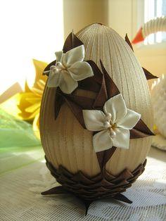 jajko wielkanocne zdobione wstążką