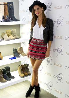 Total look de Zara: camisa blanca, falda étnica y cazadora de cuero de temporada.