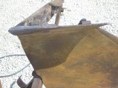 07 - incrostazioni di ossido sulla superfice del vomero. In corso la sua pulitura, con bisturi e spazzole metalliche.