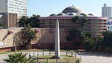 Die Obelisk in Port Elizabeth het 'n interessante geskiedenis aangesien dit ter ere van die huweliksbevestiging van Albert, Prins van Wallis, later koning Edward VII van die Verenigde Koninkryk en Alexandra van Denemarke opgerig is, maar nie oorspronklik vir hul bedoel was nie. Dit is dalk die enigste 'tweedehandse' koninklike gedenkteken ter wêreld.