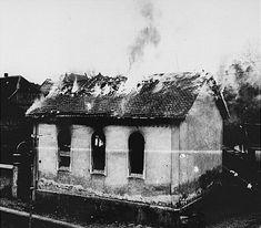 A sinagoga em Oberramstadt (uma cidade ao sudoeste da Alemanha) em chamas durante a Noite dos Cristais. Oberramstadt, Alemanha, 9 e 10 de novembro de 1938.