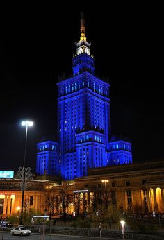 Pałac w nocnej iluminacji widziany od strony ulicy Emilii Plater