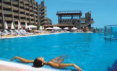 Hotel Gloria Palace Amadores & Thalasso ligt tegen een bergwand met een fantastisch panoramisch zicht over zee en de baai van Puerto Rico. Via de panorama lift kunt u zeer gemakkelijk naar de boulevard en het strand. Dit hotel ligt vlakbij het unieke witte zandstrand van Amadores, één van Gran Canaria's mooiste stranden. Daarnaast heeft u vanuit nagenoeg het hele hotel een prachtig uitzicht over zee en kunt u heerlijk ontspannen in het mooie  wellnesscenter. Officiële categorie ****